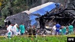 Policías y militares trabajan entre los restos del avión Boeing-737 que se estrelló en La Habana. (Archivo)