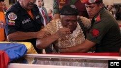 Seguridores de Chávez visitando la capilla ardiente en la que se encuentran en Caracas, Venezuela.