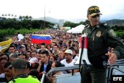 Policías colombianos controlan el ingreso de ciudadanos venezolanos en el puente fronterizo Simón Bolivar