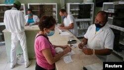 Una mujer compra medicamentos recetados en una farmacia de La Habana. (REUTERS/Alexandre Meneghini)