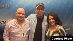 Manolín (centro) junto a Lizandra Díaz y Juan Juan Almeida, presentadores del programa 1800 Online de Radio Martí.