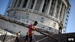 Obreros trabajan en el Capitolio Nacional de Cuba.