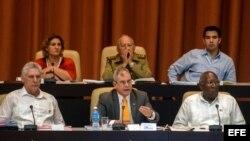 Miguel Diaz-Canel (i), el vicepresidente primero de los Consejos de Estado y de Ministros, Salvador Valdés Mesa (d), y el secretario del Consejo de Estado, Homero Acosta Álvarez (c).