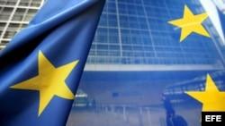 Bandera de la Unión Europea frente a la sede de la Comisión Eurpea (CE) en Bruselas (Bélgica).