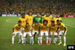Fotografía de archivo del 30 de junio de 2013 de la selección brasileña de fútbol antes del partido final de la Copa Confederaciones ante su similar de España en el estadio Maracaná, en la ciudad de Río de Janeiro.