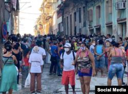 Una cola en Cuba. Tomado de @Mikesforest