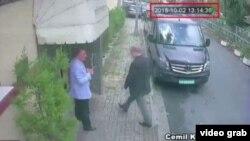Captura de un video exhibido por la televisión turca en el que se ve al periodista Jamal Khashoggi entrando en el consulado de Arabia Saudí en Estambul. No hay imágenes que muestren que saliera de allí.
