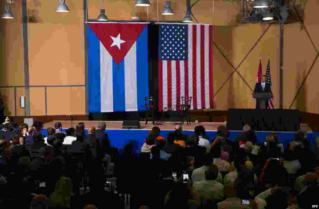 "Obama asegura que la economía cubana ""está empezando a cambiar""."