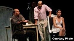 """El público habanero abarrotó la sala-teatro Tito Junco del Centro Cultural Bertolt Brecht para ver la obra de Amado del Pino """"Cuatro menos"""", una reflexión sobre el futuro del país."""