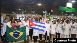 Médicos cubanos a su llegada a Brasil.