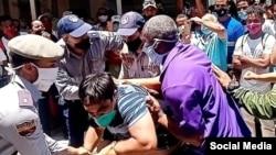 Policías reprimen a Inti Soto en la calle Obispo de La Habana Vieja, el 30 de abril. (Foto: La Cola de la Libertad/Facebook)