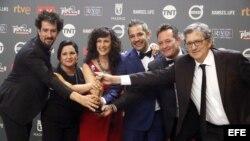 """Los integrantes de la serie """"Cuatro estaciones en La Habana"""", tras recibir el premio Platino a la mejor Miniserie o Teleserie Cinematográfica Iberoamericana."""