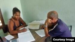 Trámites en una notaría de Cuba.
