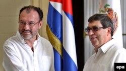 El canciller cubano, Bruno Rodríguez (d), saluda a su homólogo de México, Luis Videgaray, el pasado junio en La Habana.