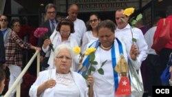 Opositores acompañan a Damas de Blanco en el exilio