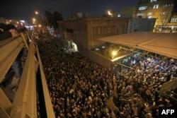 Estudiantes iraníes reunidos en una vigilia la noche del sábado en la Universidad Amirkabir de Teherán (Foto: Atta Kenare/AFP).