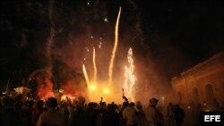 Decenas de personas lanzan cohetes, y fuegos artificiales durante las tradicionales Parrandas de Remedios. (Archivo)