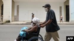 Habaneros con nasobuco para protegerse del coronavirus. Un rebrote de la enfermedad golpea a la capital cubana. (Yamil LAGE / AFP))