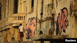 Graffiteros cubanos frente el Malecon.