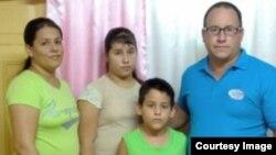Ramón Rigal y Adya Expósito, junto a sus dos hijos.