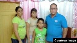 Ramón Rigal y ayda Expósito junto a sus dos hijos.
