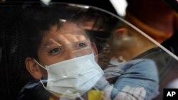 Un niño usa una mascarilla protectora como precaución ante el avance del coronavirus en México, el 29 de febrero del 2020.