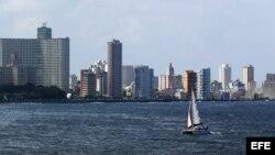 """Una embarcación compite en la regata """"Castillo del Morro"""" el viernes 6 de noviembre de 2015, en La Habana (Cuba). Una docena de embarcaciones procedentes de Pensacola (Fl, EE.UU.) participan en la competencia."""