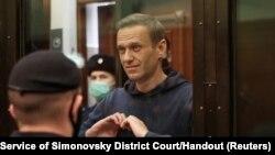 El opositor ruso Alexei Navalny hace un gesto a sus familiares durante una audiencia en una corte de Moscú. Press Service of Simonovsky District Court/Handout via REUTERS. [Foto de archivo]
