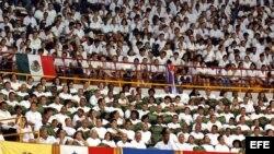 Miles de médicos y estudiantes de medicina participan en un acto oficial.
