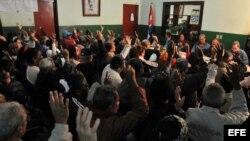 Un grupo de vecinos participa en la reunión en un Comité de Defensa de la Revolución (CDR) de La Habana (Cuba).