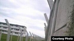 Escuela convertida en prisión. Granma. Foto: Cortesía de Cubanet.