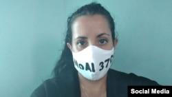 """""""No al 370"""", decían las 19 mascarillas protectoras que le decomisaron a la periodista independiente Camila Acosta después de decirle que tenía """"más de las que necesitaba""""."""