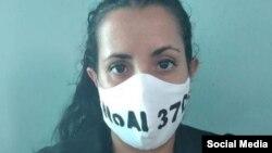 """""""No al 370"""", decían las 19 mascarillas protectoras que le decomisaron a Camila Acosta tras ser detenida en La Habana."""
