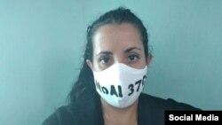 La periodista Camila Acosta protesta contra el decreto 370.