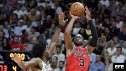 Dwyane Wade (d) de Chicago Bulls en acción ante Justise Winslow (i) Miami Heat.