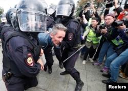 Las fuerzas del orden detenienen a un manifestante en una protesta en Moscú. REUTERS/Shamil Zhumatov.