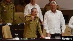 Raúl Castro junto a Miguel Díaz Canel durante una sesión extraordinaria de la Asamblea Nacional. (Archivo)