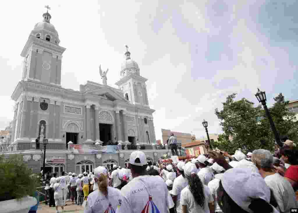 Feligreses ante la Catedral en Santiago de Cuba (Cuba), para ver al Papa.