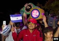 """Román """"Chocolatito"""" González es recibido por aficionados a su llegada a Managua."""