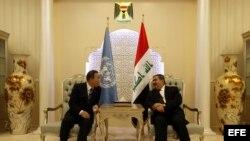 El canciller iraquí, Hoshiyar Zebari (d), se reúne con el secretario general de Naciones Unidas, Ban Ki-moon (c), en Bagdad, Irak.