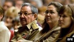 Raúl Castro (i), junto a su hija Deborah (c) y su nieta Vilma en una velada solemne en homenaje a Vilma Espín.