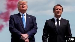 El presidente Trump junto al mandatario francés Emmanuel Macron, en la ceremonia en el cementerio estadounidense en Normandía por el 75 aniversario del Día D.