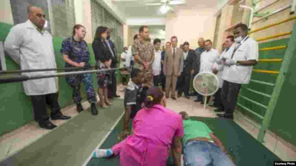 Los médicos cubanos dan un recorrido por sus instalaciones en Haití al personal de la embajada de Estados Unidos y al de la misión estadounidense Promesa Continua 2015.