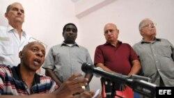 Archivo, en una conferencia de prensa el pasado 10 de mayo de 2011, los miembros de Alianza Democrática Cubana, Guillermo Fariñas (abajo), Elizardo Sánchez (d), Félix Navarro (2d), Iván Hernández Carrillo (3d), René Gómez Manzano (i).