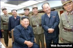 Kim Jong Un en el puesto de mando durante el lanzamiento del misil, según el Rodong Sinmun. (Captura de imagen/Rodong Sinmun)