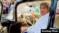 John Kerry pasea por La Habana Vieja y visita la casa de Ernest Hemingway