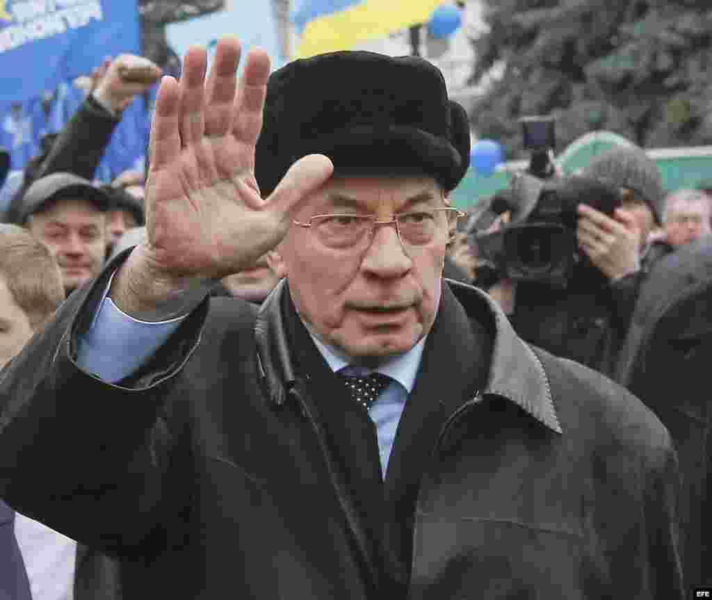 Fotografía de archivo tomada el 16 de enero de 2014 que muestra al primer ministro ucraniano, Nikolai Azarov (c), en Kiev (Ucrania).