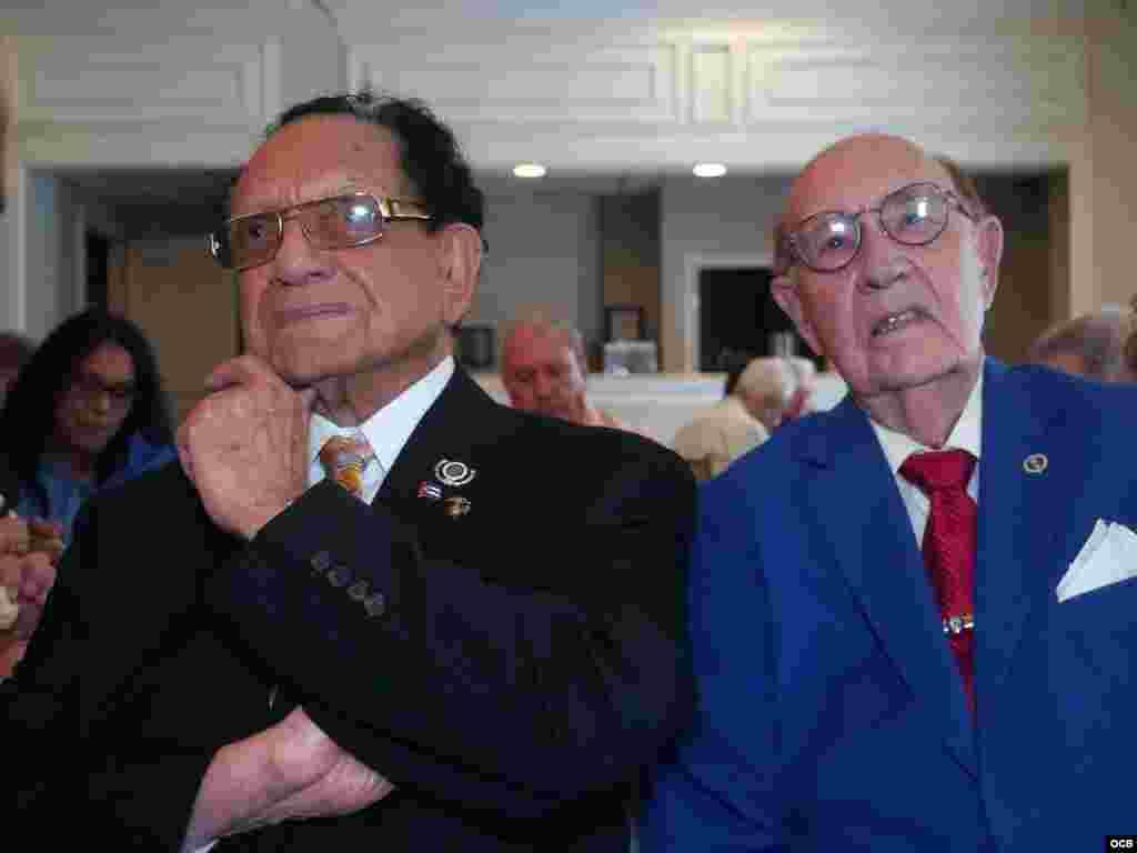 De izq. a der. Luis Conte Agüero y el Comisionado de la Ciudad de West Miami Luciano L. Suárez escuchan las palabras de Tomás Regalado, Director de las Oficinas de Transmisiones a Cuba.