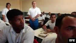 Un grupo de reclusos recibe clases de enfermería en un aula de la prisión Combinado del Este, en La Habana.