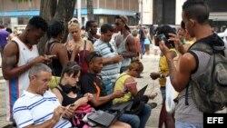 Cubanos en un punto Wi-Fi. Foto Archivo